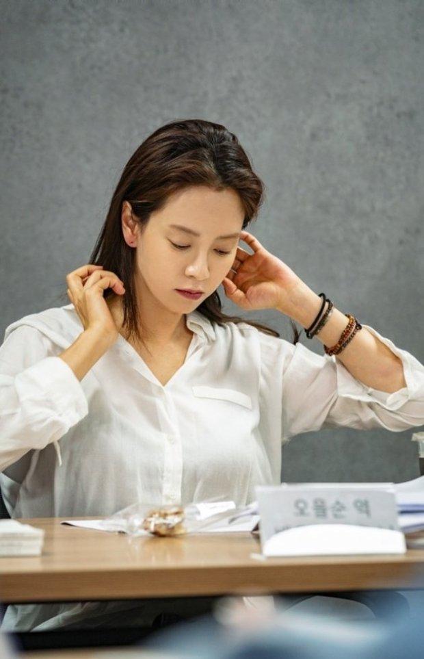 Trong khi đó Song Ji Hyosẽ đóng vai một nhà văn bị may mắn bỏ quên,Ji Eul Soon. Tuy nhiên, cô gái này luôn lạc quan với cuộc sống hiện tai của mình. Đến một ngày, không hiểu sao những câu chuyện bí ẩn do cô viết lại trở thành hiện thực.