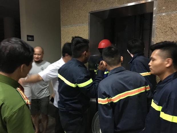 Lực lượng chức năng giải cứu 10 người bị kẹt trong thang máy.