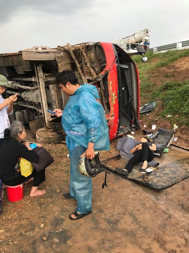 Vụ tai nạn khiến 4 người bị thương. Trong ảnh một phụ nữ phải nằm tại chỗ sau khi được đưa ra ngoài.