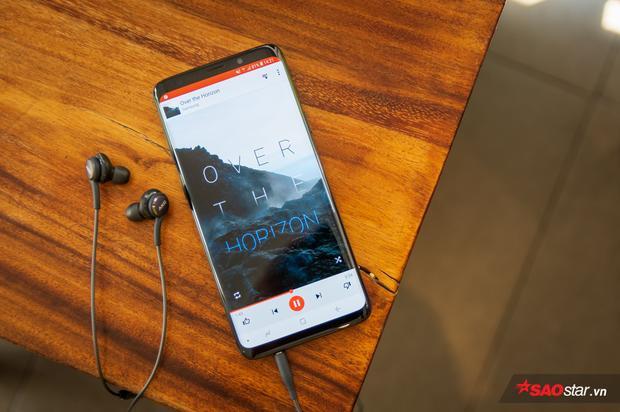 Galaxy S9+ có cổng cắm tai nghe 3,5 mm có nghĩa tôi không ưu tư khi phải mang theo đầu chuyển hay giã từ chiếc tai nghe yêu quý ở nhà để sang loại kết nối không dây