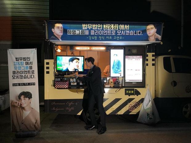 Lúc anh chàng đang trên trường quay bộ phimThư ký Kim sao thế?hai người bạn thân là Park Hyung Sik…
