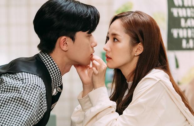 Khi còn trong quân ngũ, Park Seo Joon thường cùng đồng đội xem phim High Kick- Gia đình là số 1và rất ấn tượng với Park Min Young. Và từ lúc ấy anh chàng đã muốn được cùng đóng chung phim với cô. Giờ thì toại nguyện rồi Seo Joon nhé!