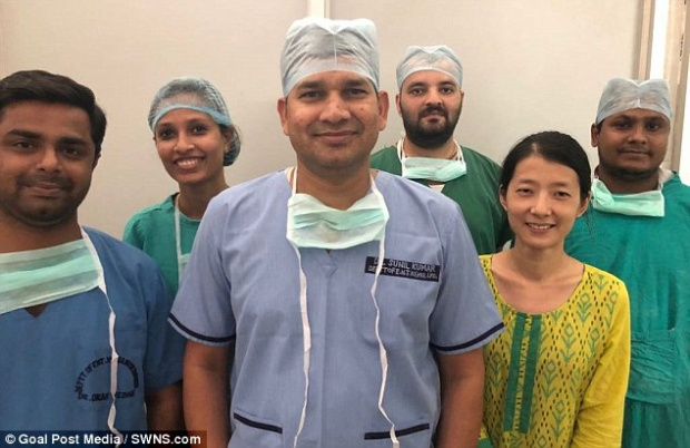 Các bác sĩ tham gia ca phẫu thuật đặc biệt tại bệnh viện King George ở Lucknow