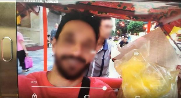 Nam du khách ghi lại hình ảnh tài xế trả tiền âm phủ cho mình.