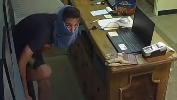 Tên trộm dùng quần lót để đội lên đầu thay cho mặt nạ.