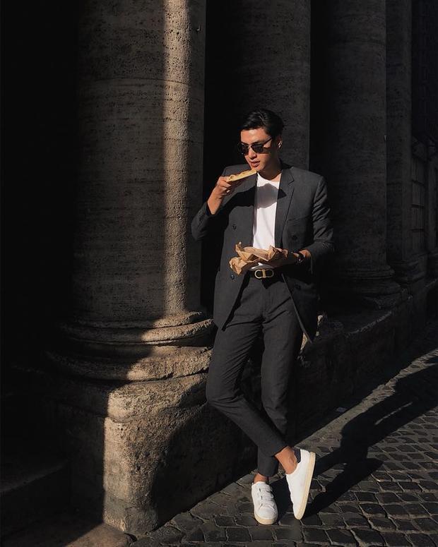 Thay vì đi giày tây, Quang Đại thường chọn sneaker để vẻ ngoài trẻ trung, năng động hơn.