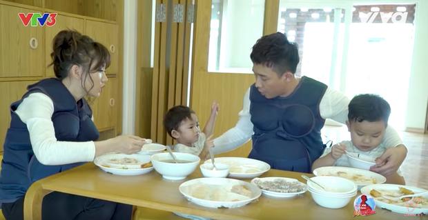 Trấn Thành - Hari Won khá bối rối khi đút ăn cho nhiều bé cùng một lúc.