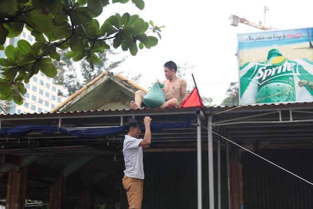 Ông Võ Văn Hùng, Phó chủ tịch UBND TX Cửa Lò cho biết, đối với các các ki ốt bãi biển đến 13h ngày 18/7 yêu cầu phải ngừng kinh doanh, và có phương án phòng chống bão tránh thiệt hại không đáng có.