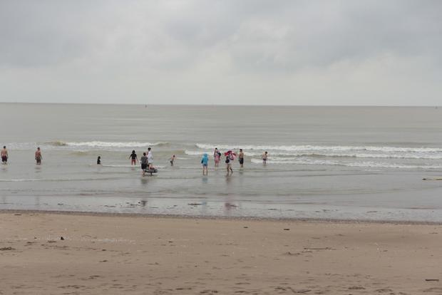 Ông Hùng cũng cho biết, chính quyền tuyên truyền vận động du khách không được tắm biển trong thời tiết bất lợi. Tuy nhiên, vào buổi trưa khi thời tiết tạnh mưa vẫn có không ít du khách xuống chơi ở bãi biển.
