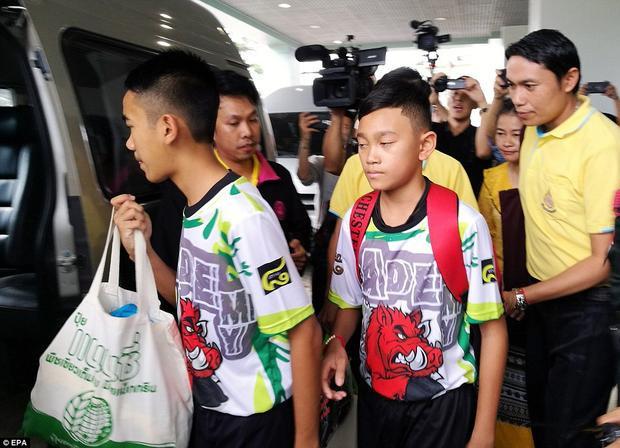 Cũng tại buổi họp báo, khi người dẫn chương trình hỏi các bạn có muốn quay lại hang Tham Luang không, huấn luyện viên nói anhcó thể trở lại đó khi có hướng dẫn viên, nhưng một cậu bé trong đội khẳng định sẽ không bao giờ quay lại hang Tham Luang. Ảnh: EPA