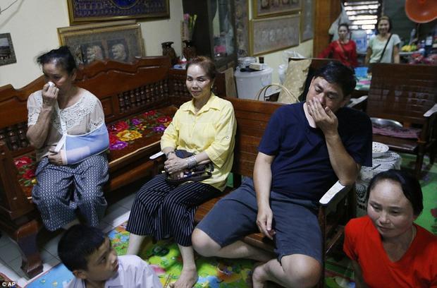 Ông Banphot cùng xem chương trình với các thành viên khác trong gia đình. 13 thầy trò đội bóng Lợn Hoang mắc kẹt tại hang Tham Luang, một trong những hang động dài và phức tạp nhất Thái Lan, từ ngày 26/6 và được các thợ lặn tìm thấy sau 9 ngày mắc kẹt. Chiến dịch giải cứu đội bóng bắt đầu từ ngày 8 tới 10/7 trong sự cầu nguyện và chờ đợi của cả đất nước Thái Lan và thế giới. Ảnh: AP
