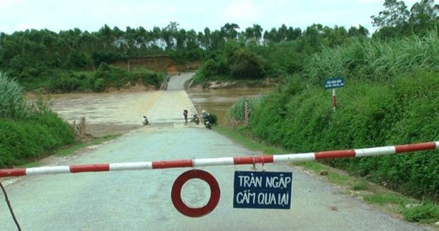 Cơ quan chức năng đã dựng trạm barie yêu cầu người dân không được di chuyển.