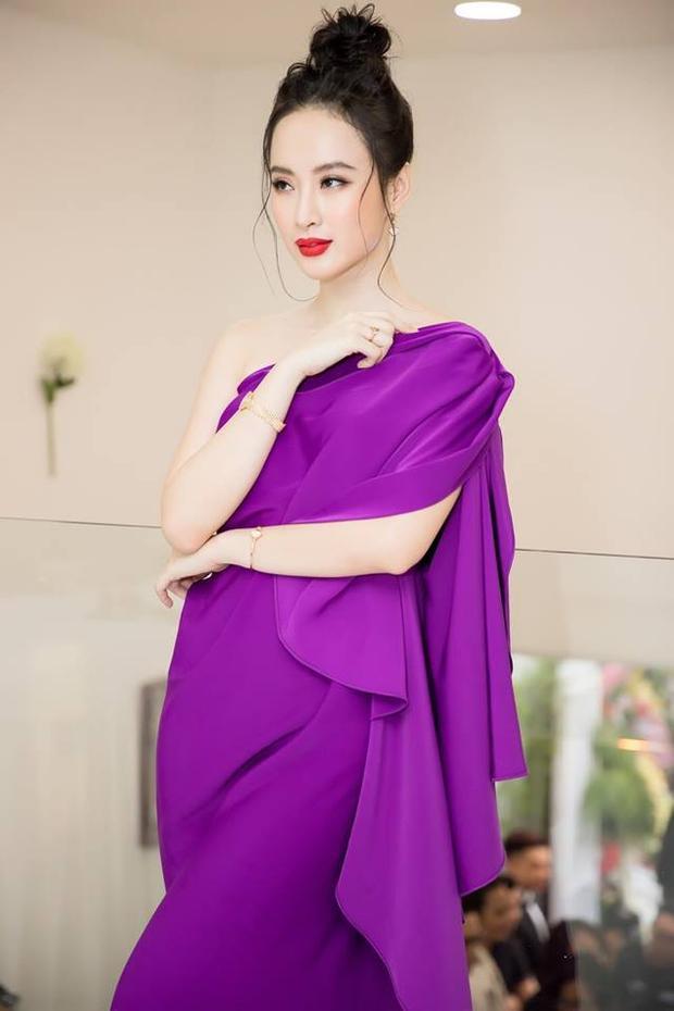 Trong trang phục tinh tế này, Angela Phương Trinh chẳng khác nào nữ thần xinh đẹp. Là một mỹ nhân nắm bắt xu hướng rất nhanh, nên sắc tím (sắc màu chủ đạo năm 2018) được cô trưng dụng thường xuyên trong năm nay.