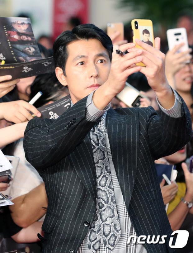 Sức hút ở tuổi 45 của Jung Woo Sung không thể đùa được.