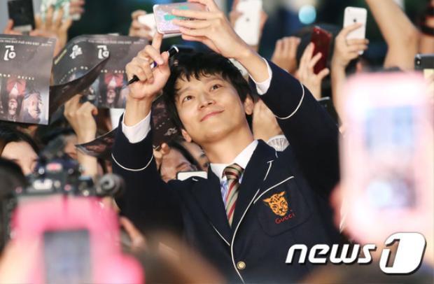 Kang Dong Won gây ấn tượng với phong cách thời trang khá đặc biệt, phần áo trông hơi giống áo đồng phục của học sinh trung học.