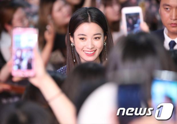 Han Hyo Joo cười tươi chụp ảnh cùng fan.