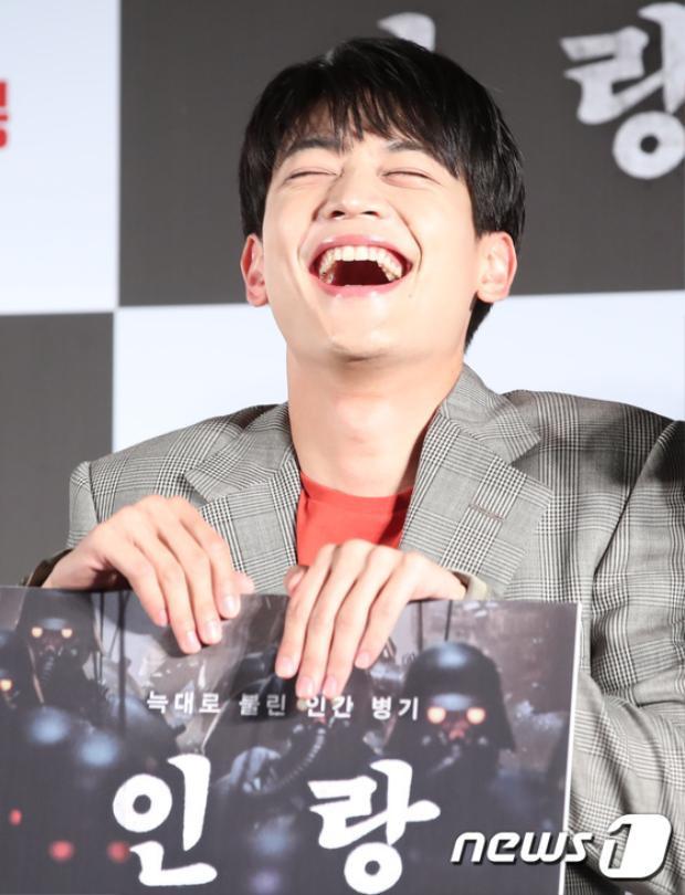 Gương mặt anh ấy khi cười đáng yêu quá!