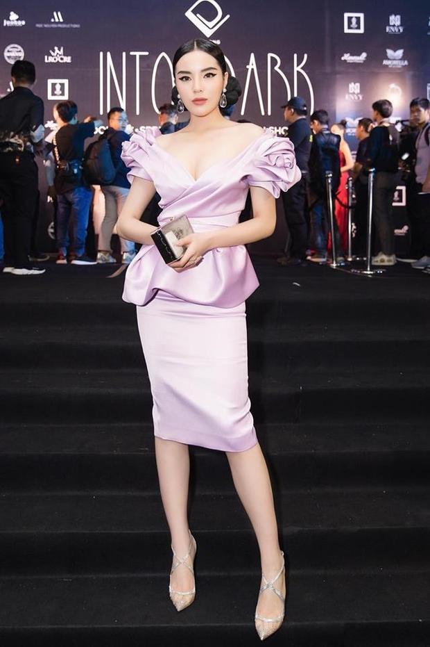 Tông màu tím lavender tôn lên làn da trắng của Kỳ Duyên khi xuất hiện tại show diễn của NTK Đỗ Long. Điểm nhấn của bộ trang phục là phần tay áo được tạo khối thành hình bông hoa cách điệu, gây ấn tượng khó phai với người đối diện.