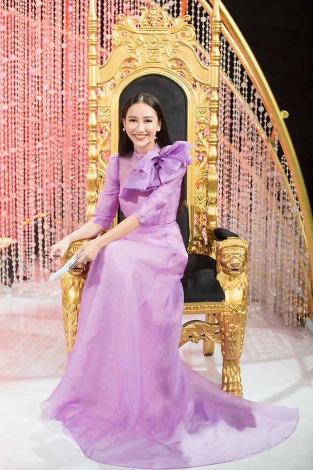 Á hậu Hà Thu nhẹ nhàng, thướt tha trên nền tím Lilac. Người đẹp chọn sắc độ tím phù hợp, thể hiện cá tính, thần thái đĩnh đạc của mình trên cương vị giám khảo cho một Gameshow truyền hình.