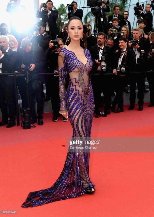 Cũng trên thảm đỏ Cannes 2018, nữ diễn viên Vũ Ngọc Anhthu hút mọi ánh nhìn với thiết kế xuyên thấu tím xanh lavendercùng những đường cắt xẻ sâu bất tận. Với phom dáng ôm sát, mỹ nhân dễ dàng khoe triệt để những đường cong nóng bỏng của mình. Tuy nhiên vì hở hang quá đà, vô tình đánh mất đi vẻ đẹp sang trọng cho người mặc.