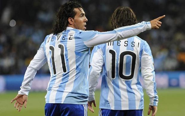Tevez từng sát cánh với Messi trong màu áo ĐTQG. Ảnh: Evening Standard.