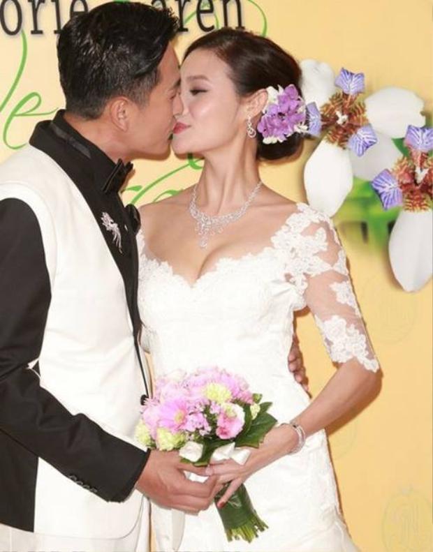 Cặp đôi trao nhau nụ hôn ngọt ngào trong lễ kỷ niệm
