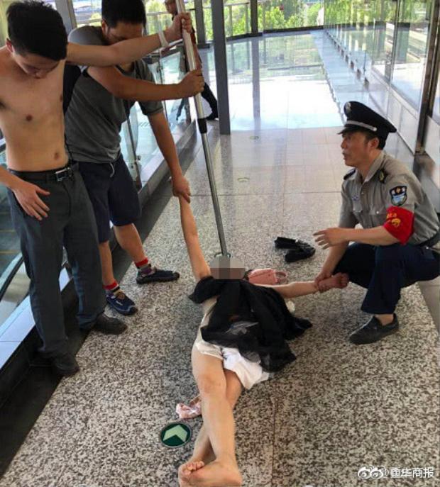 Nhân viên nhà ga sau đó đã bắt giữ cô Lí và đưa tới bệnh viện để kiểm tra sức khỏe.