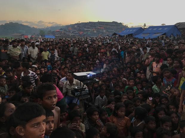 """Giải thưởng lớn Nhiếp ảnh gia của năm - """"Displaced"""": Những đứa trẻ Rohingya xem một bộ phim giúp nâng cao nhận thức về sức khoẻ và vệ sinh ở gần khu tị nạn Tangkhali. Chụp bằng iPhone 7. (Jashim Salam)"""