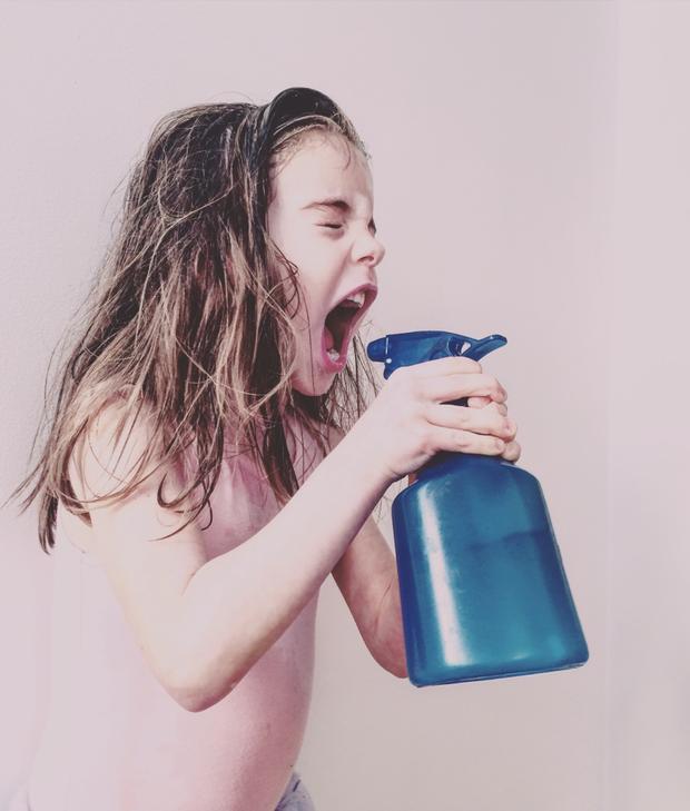 """Giải nhất Trẻ em - """"Spray Fury"""": Con gái tôi mặc đồ ballet và xịt nước vào em gái và mình. Chụp bằng iPhone 5s. (Melisa Barilli)"""