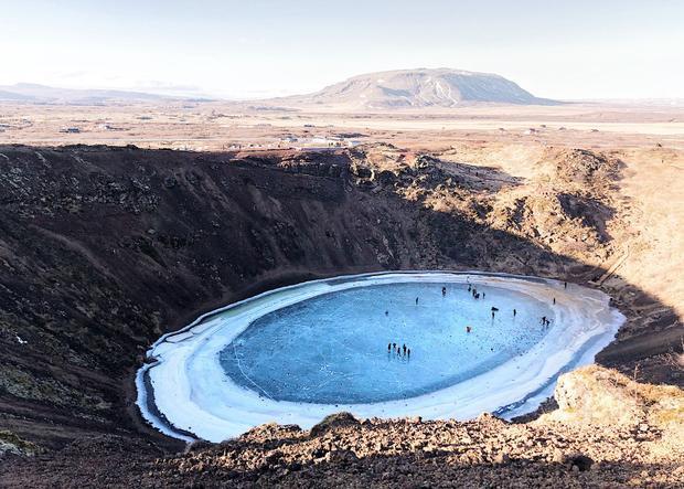 """Giải ba Cảnh vật - """"The Kerid"""": Hình ảnh này được chụp ở phía nam Iceland. Kerid là một núi lửa đã chết và ở giữa có một hồ núi lửa màu xanh. Tôi chụp hình này vào mùa đông ki nó đóng băng. Các chấm đen trên hồ là khách du lịch. Chụp bằng iPhone X. (Naian Feng)"""