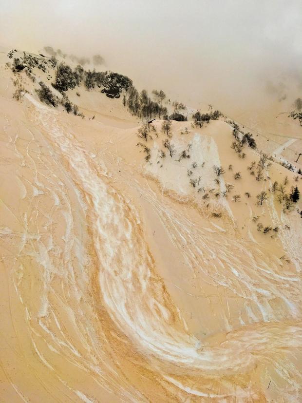 """Giải nhì Tự nhiên - """"The Sand-snow river"""": Hình ảnh này được chụp vào vào ngày 23 tháng 5 ở Sochi với độ cao 1.600 mét. Hôm đó, một cơn bão vừa quét qua đảo Crete và trên núi tuyết dính đầy bụi từ cơn bão. Chụp bằng iPhone SE. (Anton Kruglov)"""