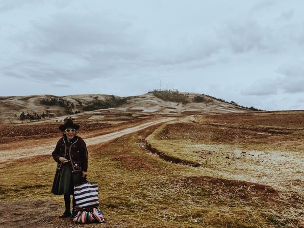 """Giải nhì Con người - """"Waiting:"""" Tôi chụp hình ảnh người phụ nữ mặc đồ truyền thống. Chụp bằng iPhone 6s. Xử lý với VSCO. (Lee Yu Chieh)"""