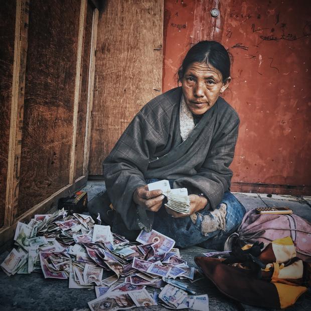 """Giải nhì Chân dung - """"The Tibetan Woman"""": Hàng năm, có rất nhiều người Tạng hành hương đến Lhasa. Những chuyến đi này có thể kéo dài nhiều tháng, thậm chí nhiều năm. Nhiều người sau khi tới Lhasa không có tiền trở về quê nhà. Chụp bằng iPhone 7. Xử lý với VSCO và Snapseed. (KuangLong Zhang)"""