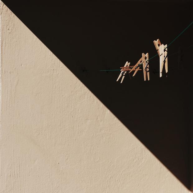 """Giải nhì Tĩnh vật - """"Half and half"""": Ở Akureyri, Iceland, ánh nắng chiếu trên ban công tạo thành một hình tam giác tách biệt với bóng tối. Chụp bằng iPhone 7. (Song Han)"""