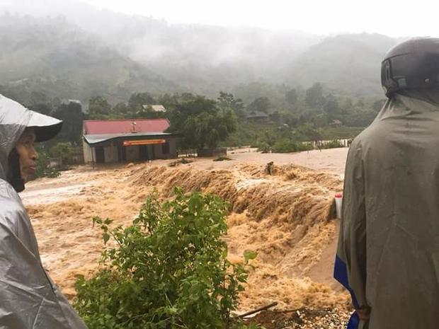 Lũ trên sông ở huyện Quế Phong (Nghệ An) đang lên nhanh