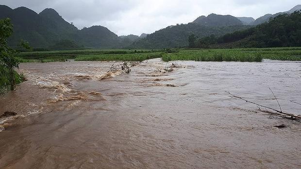 Nước ngập chia cắt giao thông