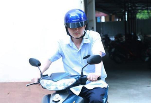 Ông Vũ Trọng Lương đi xe máy ra về từ Sở GD-ĐT tỉnh Hà Giang vào chiều ngày 18/7. Ảnh: Người lao động.