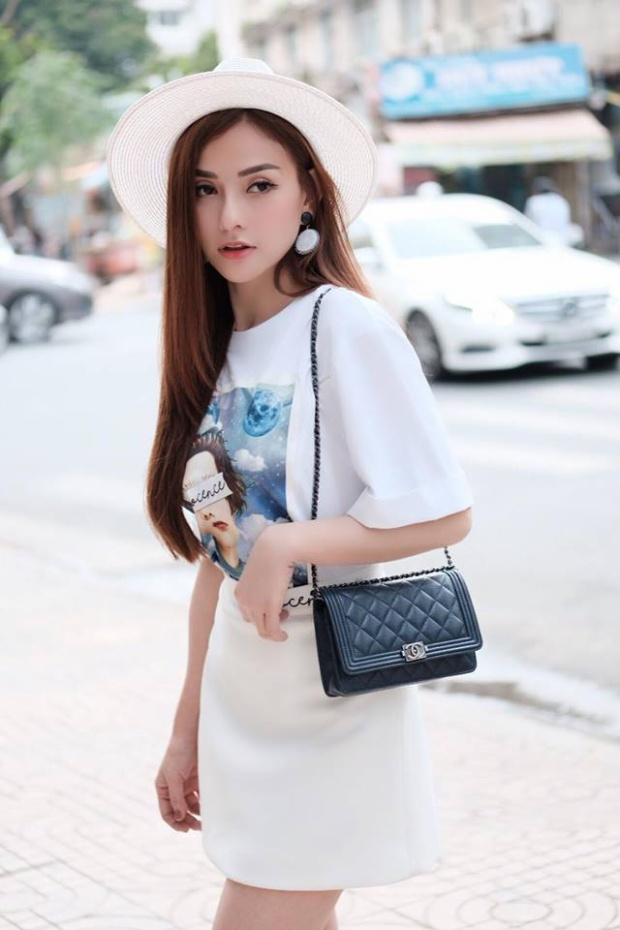 Dịu dàng với áo phông trắng, tóc xõa dài và mũ vành