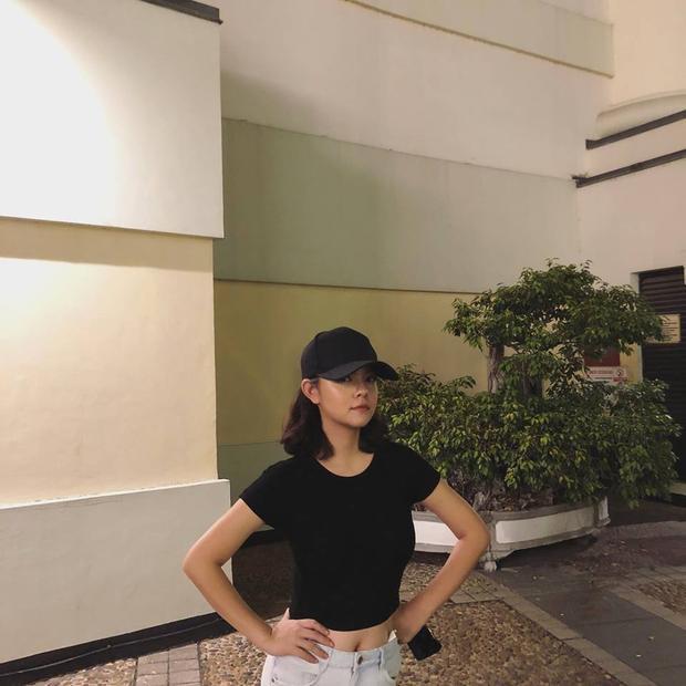 Bà mẹ trẻ khỏe khoắn với áo croptop đen kết hợp quần jeans