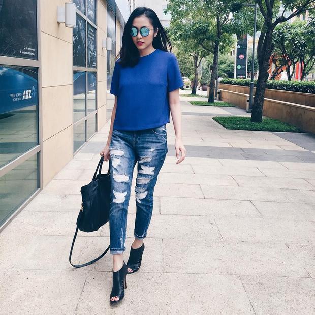 Áo phông kết hợp với quần jeans rách, tô họa thêm là cặp mắt kiếng màu nổi bật.