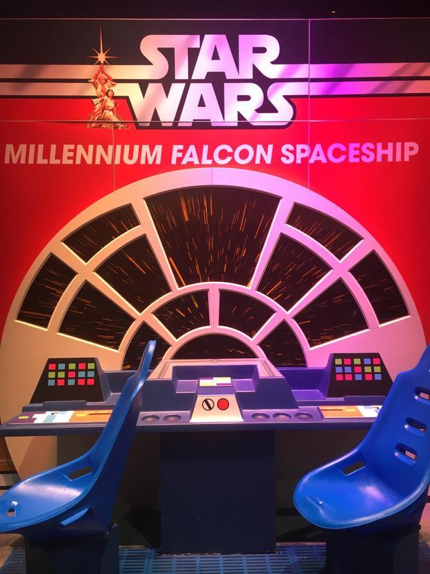 Ở quầy của Hasbro cũng có phiên bản nhỏ của phi thuyền Millennium Falcon.