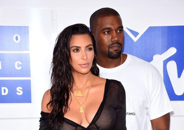 … đối đầu với gia đình Kim Kardashian và Kanye West.