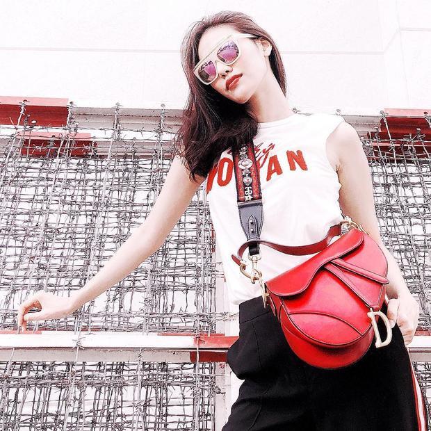 Chiếc túi đắt giá thuộc BST mới của Dior đã khiến outfit đơn giản của Lan Khuê trở nên nổi bật hơn rất nhiều.