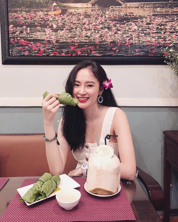 Angela Phương Trinh khoe dáng vóc yêu kiều trong chiếc váy hai dây nữ tính. Để phù hợp tổng thể, cô nàng còn quyết định cài hoa lên tóc làm duyên.