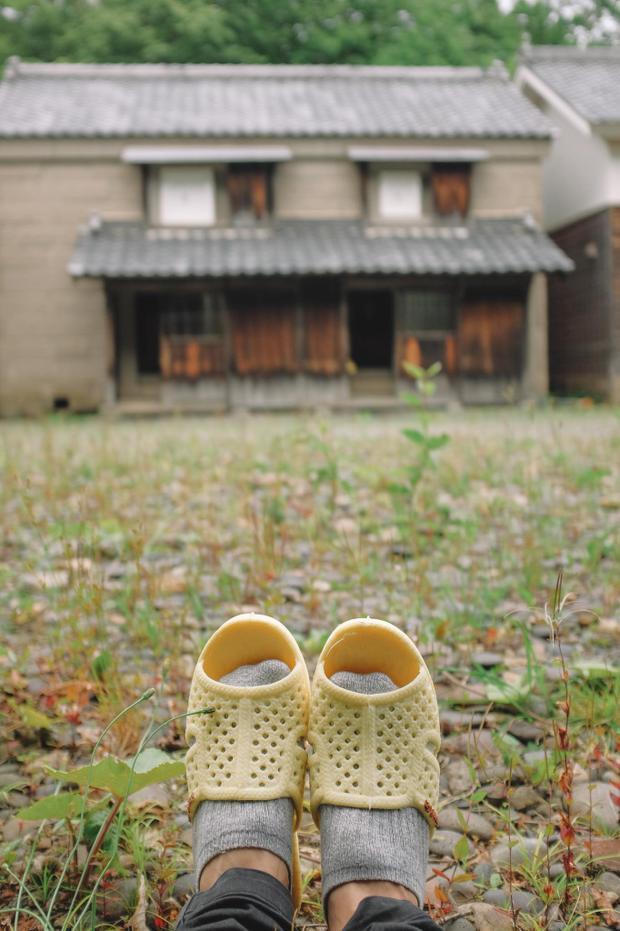 Dừng chân ghé qua một ngôi làng cổ phương Bắc, nơi vẫn còn lưu giữ kiến trúc Nhật Bản xưa cũ xinh ơi là xinh. Thánh tổ ong tái xuất với bộ ảnh mới tại miền Bắc nước Nhật xinh đẹp