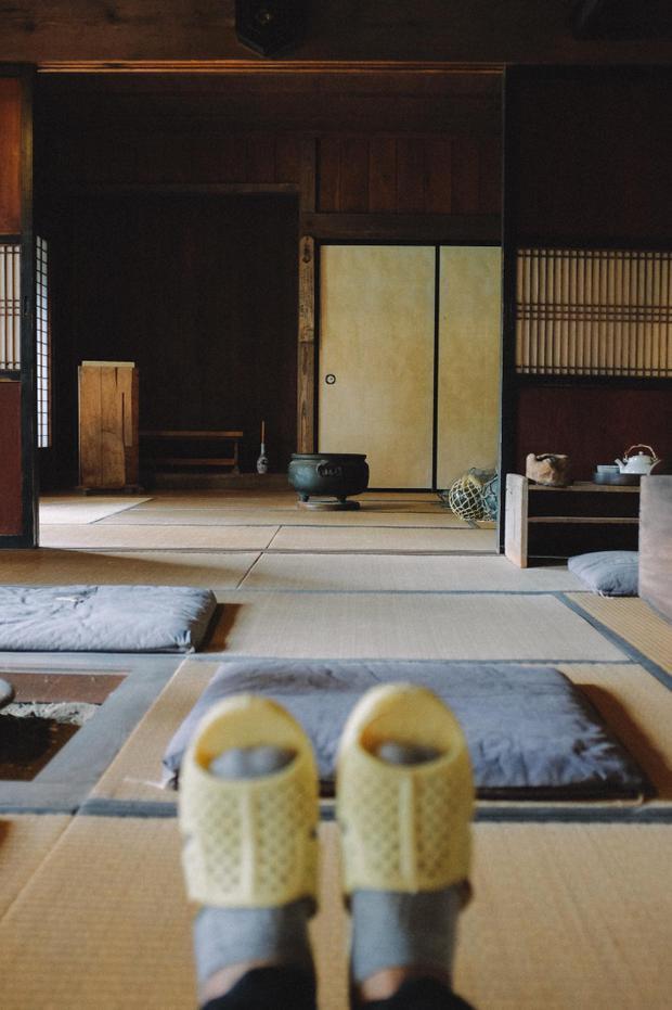 Thăm một gian phòng nho nhỏ đậm đầy nét xưa của nước Nhật cũ, tuy nhiên vào đây thì tổ ong phải nằm ngoài chứ không vào trong được đâu Thánh tổ ong tái xuất với bộ ảnh mới tại miền Bắc nước Nhật xinh đẹp