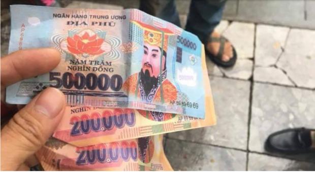 900.000 đồng tiền âm phủ mà khách Tây cho rằng đã được lái xe xích lô thối lại.