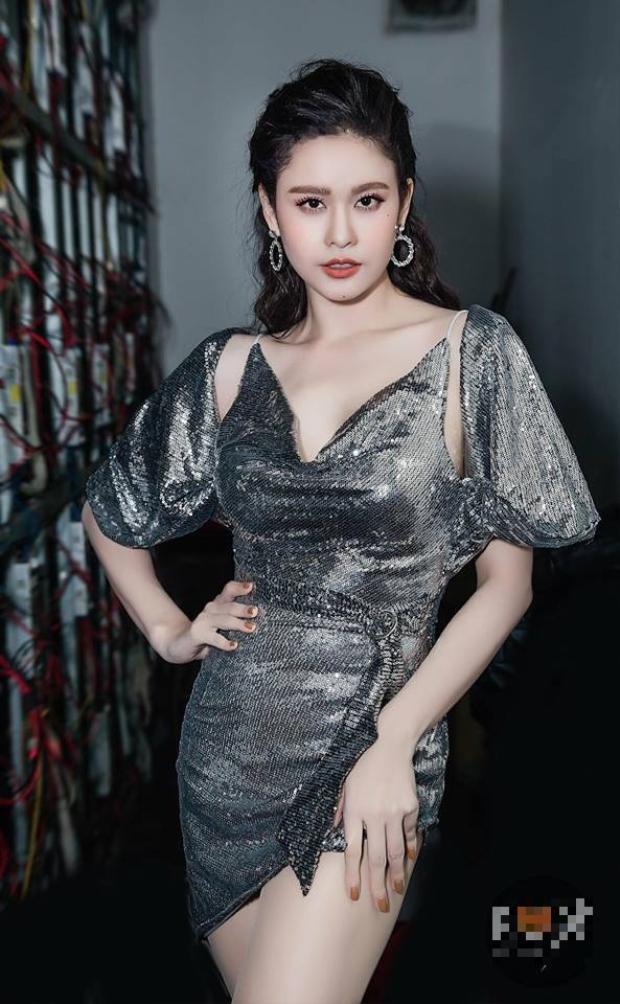 Khi đi diễn cô nàng diện trang phục bó sát chất liệu bắt mắt khoe trọn đường cong gợi cảm và làn da trắng nõn nà.