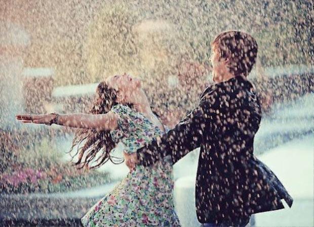 Như phim ngôn tình thì đi dưới mưa sẽ rất lãng mạn. Ảnh minh họa.