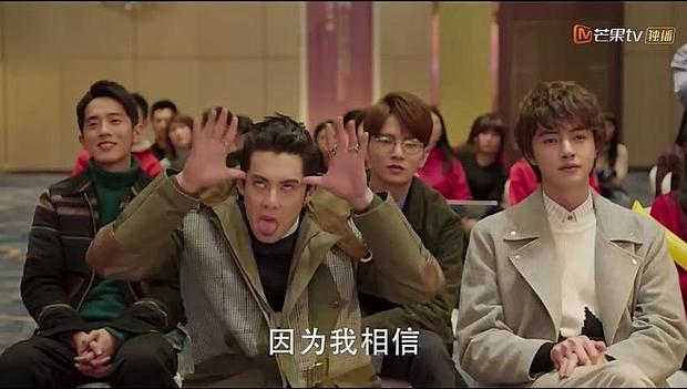 Khán giả nhiều lần phải bật cười vì tính trẻ con, hiếu thắng của A Tự được bộc lộ rõ khi giám khảo công bố Chu Thái Na chiến thắng.